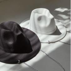 Фетровая шляпа с цепочкой, чёрная