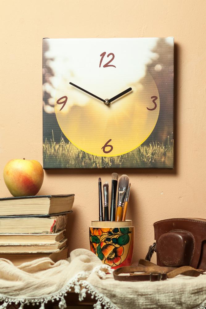 Часы на холсте
